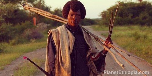 The Karayu are among the last Oromo – with Borena and the Guji Kamise – to maintain their pastoral lifestyle . As such, they are considered by many Oromo as guardians of traditional culture. Traditional religion is Karayu waaqeffata , a monotheistic religion based on a belief in a supreme being called Waaqa . This religion is closely linked to nature. The Oromo and the Waaqa pray in sacred sites such as lakes, water points, the peaks of some mountains but also with specific tree species, such as odaa without making animists . The Karayu also participate in the gada system , an African form of ancient and complex democracy , based on generational groups that alternate power every eight years . A gada cycle lasts 40 years. The gada is not only a political system but also a social institution that governs the life of the Oromo from birth to death. Today Karayu struggling to maintain their traditional way of life and face difficulties because they are relatively unknown group , both in Ethiopia and abroad . Source: Aisha Tours, Ethiopia
