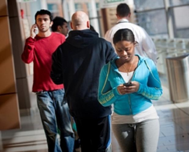 WARNING!: Texting and Walking Could End Dangerous - ሞባይል ላይ እየጻፉ መራመድ አደገኛ ነው